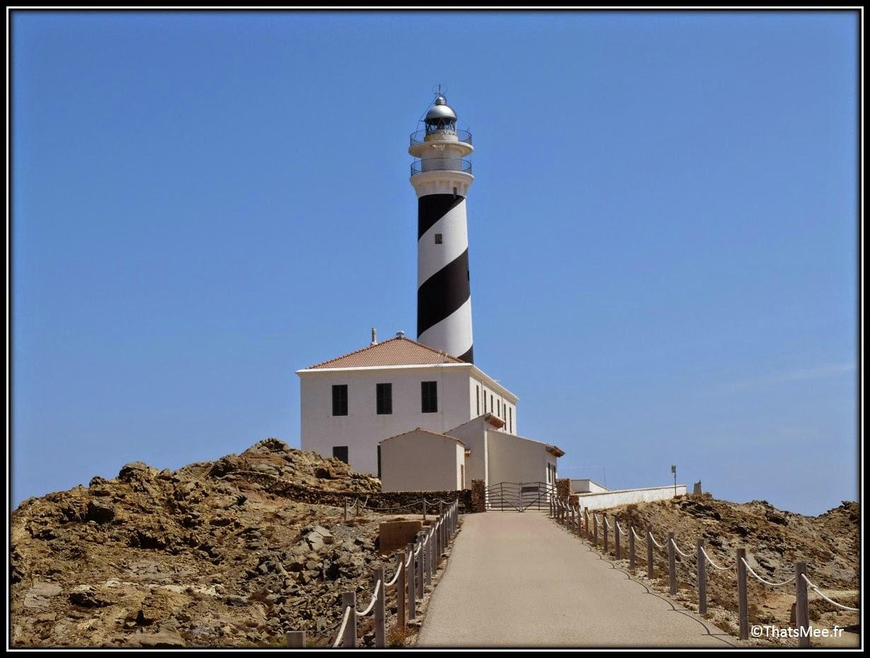 phare Favaritx blanc et noir Minorque Menorca pierre feuilletée paysage lunaire