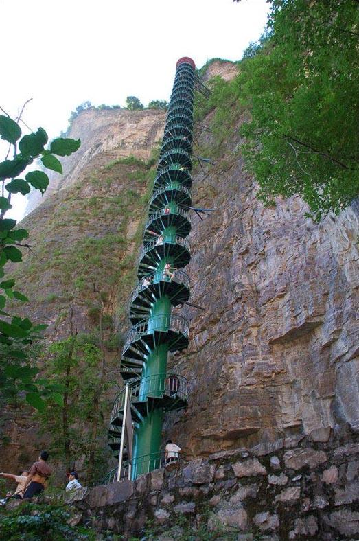 Una escalera de caracol en las montañas Taihang, China