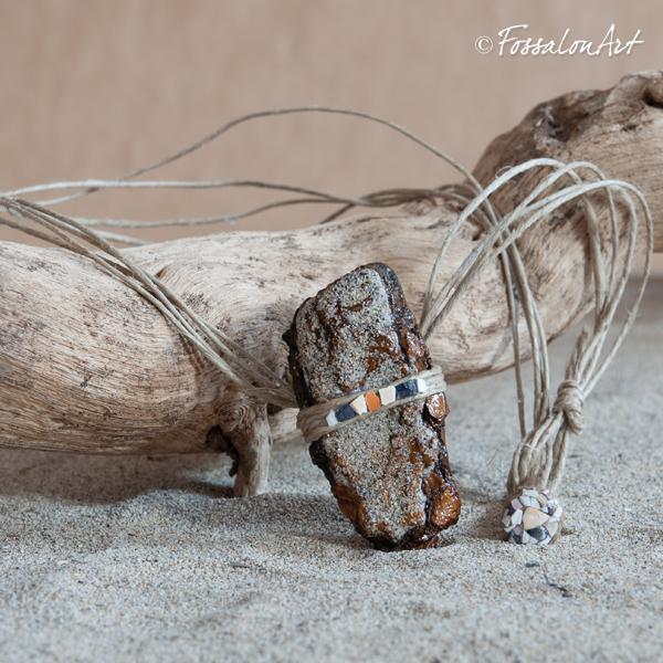 Ciondolo in legno con sabbia e frammenti di conchiglie