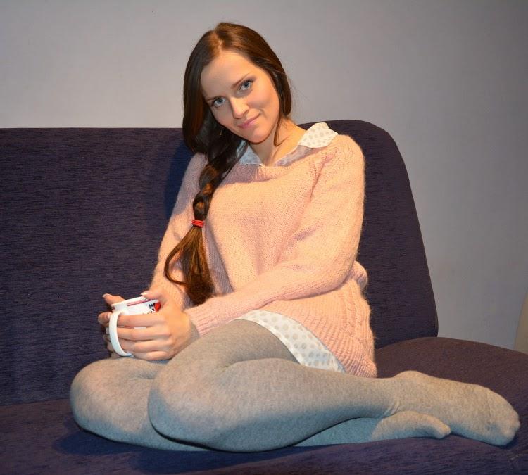 rozowy sweter i szare rajstopy