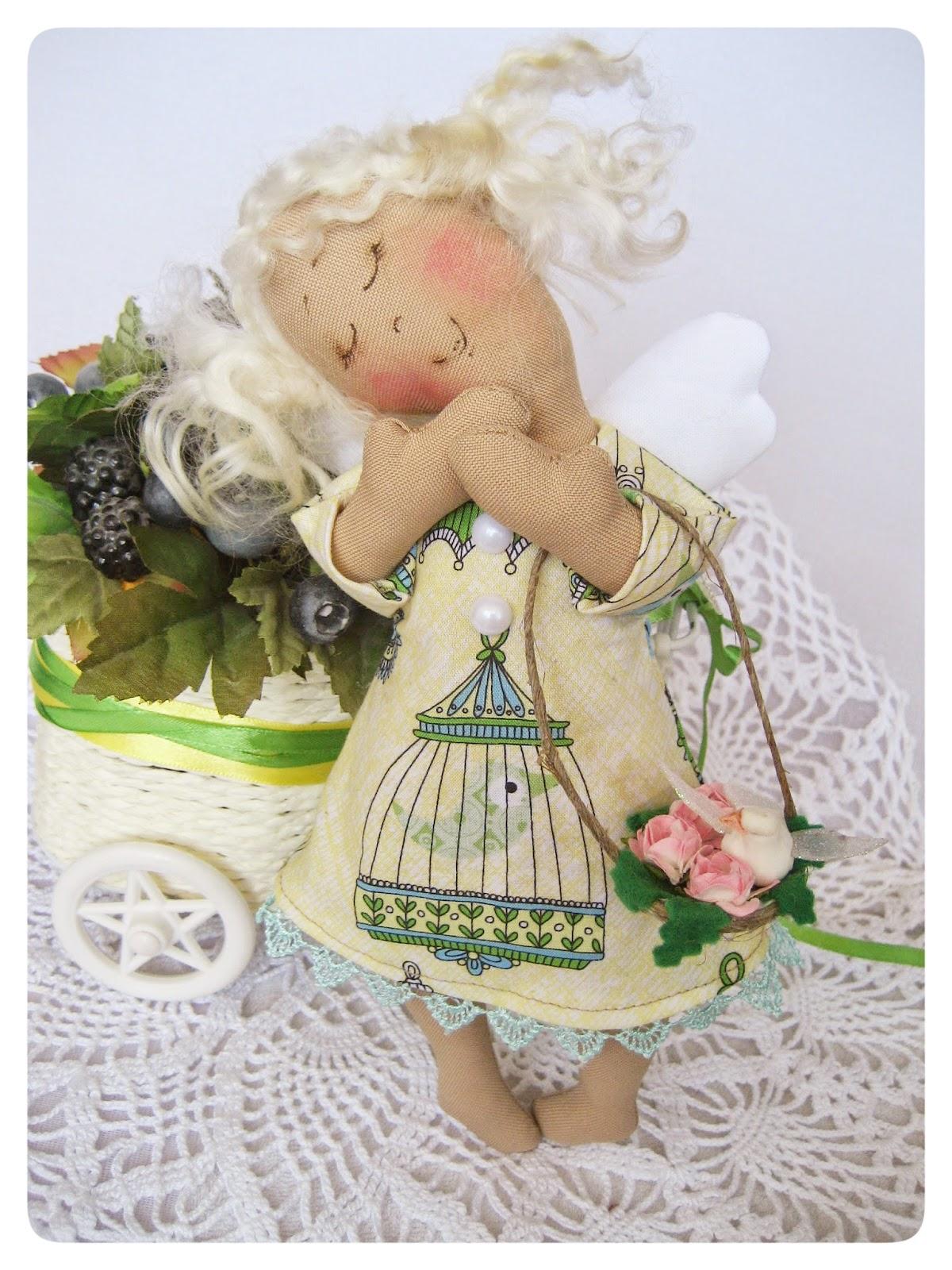 Маленький ангелочек с птичкой и розами