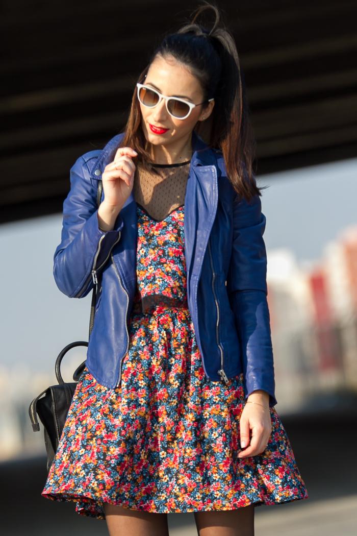 BLogger de moda española con chaqueta de piel y gafas ray ban erika blancas
