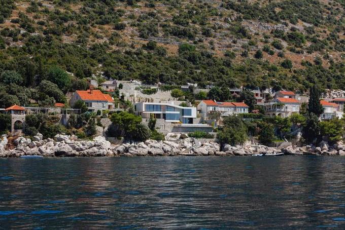 Роскошный особняк расположился на адриатическом побережье в Дубровник / Хорватия. Авторы проекта студия 3LHD architects. Особняк и действительно роскошный, просторные жилые комнаты, открытые террасы, бассейн и пр. К тому же расположен в исторической части острова с потрясающим видом на адриатическое море. Смотрим!
