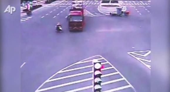OMG Kentut : Gadis Selamat Selepas Dilanggar Lori Di China