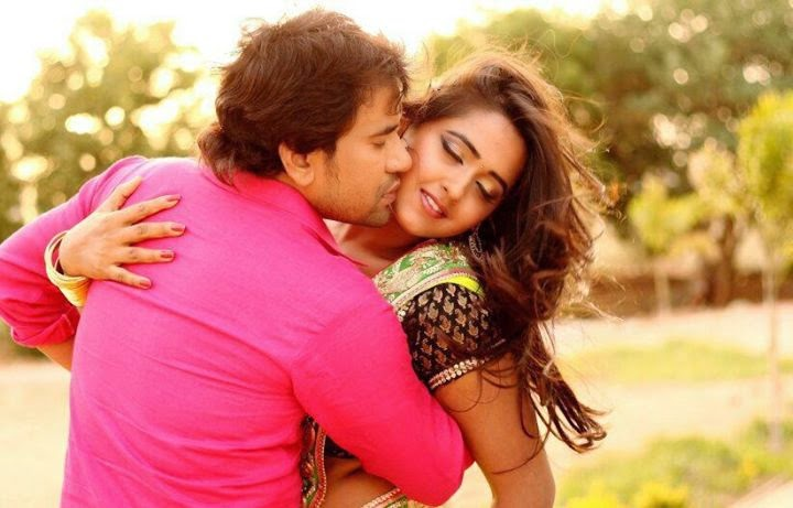 Dinesh lal yadav Nirahua and Kajal Raghwani hot pose on the set of Bhojpuri film Patna se Pakistan