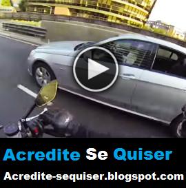 Vejam o Que Este Motoqueiro Fez ao Perceber Que o Motorista do Carro Estava No Celular.