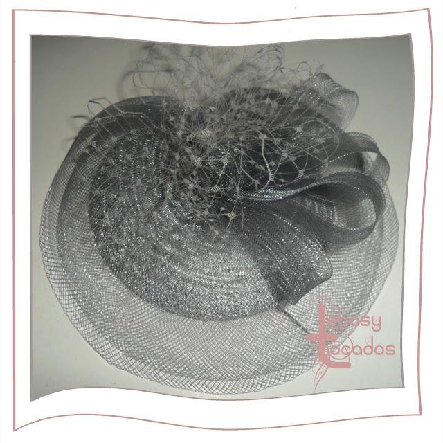 Tocado monocolor en plata, en sinamay creado por Lebasy Tocados.