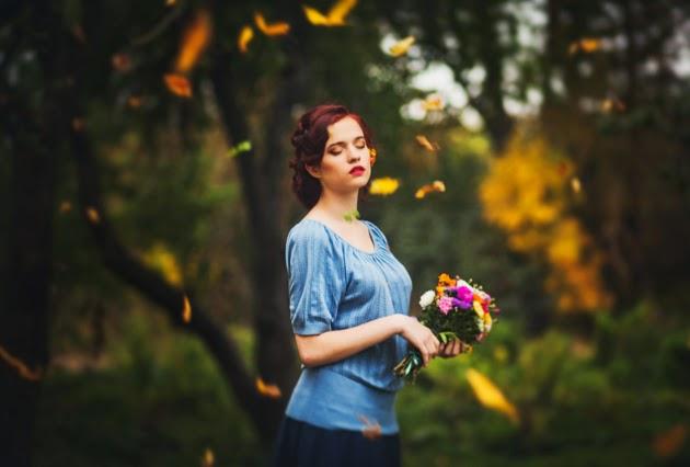 осенняя фотография девушки в желтых листьях