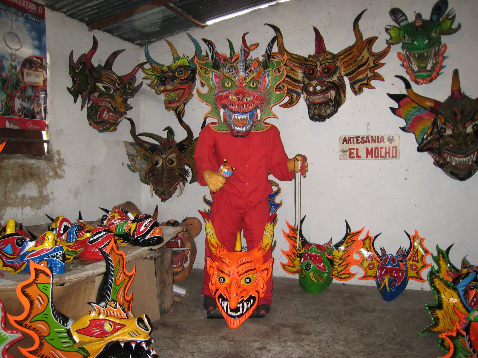 Los Diablos Danzan Al Son De La Caja  Un Tambor T  Pico  Bailan Por