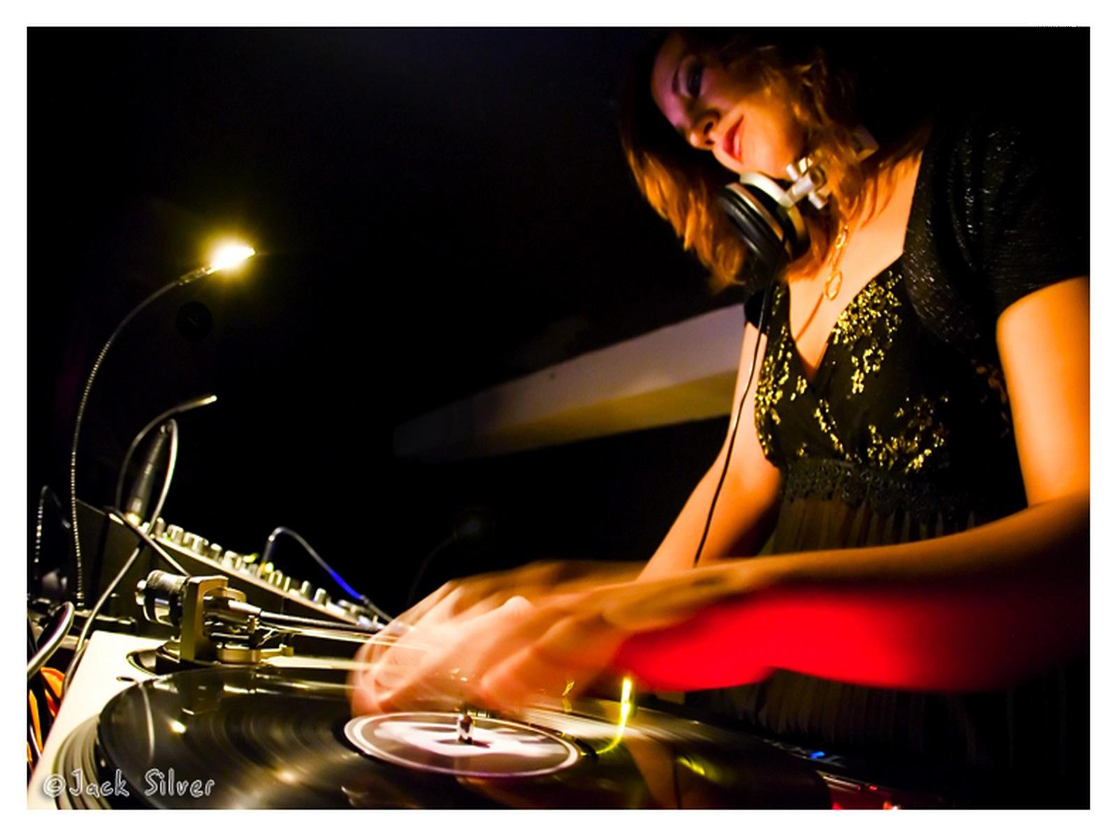 http://2.bp.blogspot.com/-L8QcTTb9g5o/TyCOqWVddeI/AAAAAAAAACA/BSGIEaO9_Uo/s1600/Dj+Female+Play+1600x1200+Club+Music+Wallpaper.jpg