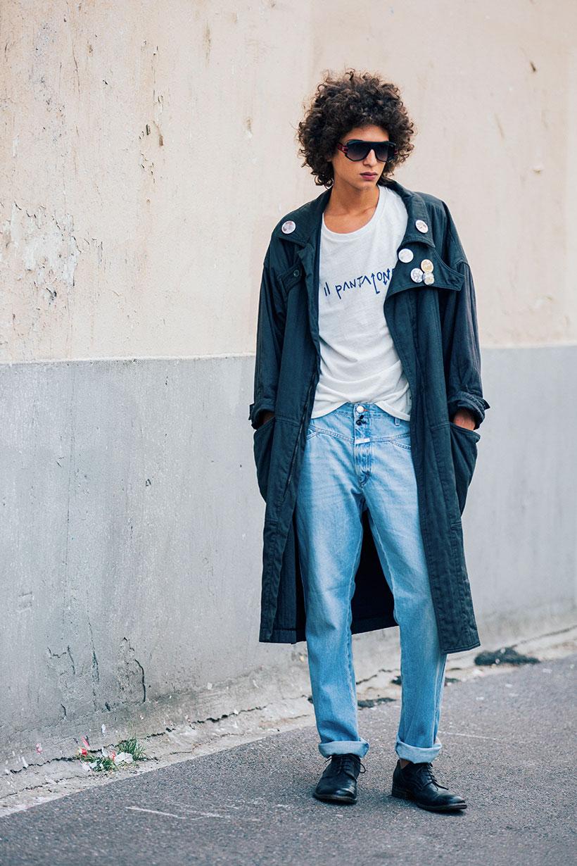 ネイビーグレーロングコート×白Tシャツ×デニムパンツ×黒ダービーシューズ