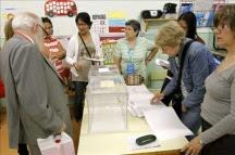 Los españoles acuden este domingo a las urnas acuciados por la crisis