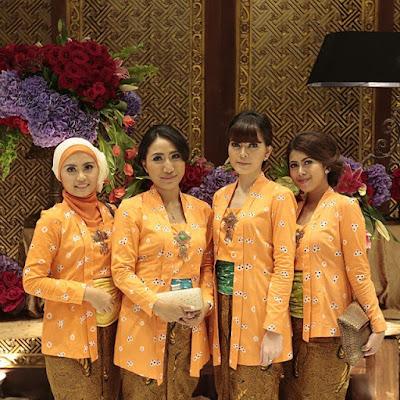 kebaya jumputan warna orange dengan rok batik