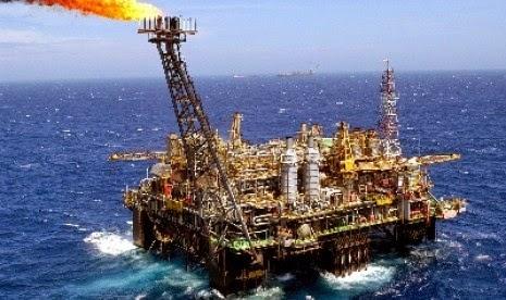 Harga Minyak Mentah Dunia Turun, BBM Turun Nggak Yah ? - Harga minyak mentah dunia turun pada Jumat (3/4) pagi WIB, setelah enam kekuatan dunia dan Iran mengumumkan bahwa mereka telah menyepakati kerangka kerja untuk membatasi program nuklir Iran. Dengan kesepakatan tentatif, jika benar, akan memungkinkan ekspor minyak mentah Iran kembali ke pasar, minyak mentah Brent North Sea untuk pengiriman Mei, kontrak acuan global, merosot 2,15 dolar AS, menetap di 54,95 dolar AS per barel di perdagangan London. Patokan AS, minyak mentah light sweet atau West Texas Intermediate (WTI) untuk pengiriman Mei, turun 95 sen menjadi ditutup pada 49,14 dolar AS per barel di New York Mercantile Exchange. Para pedagang telah mengikuti perundingan maraton dengan cermat. Segera sebelum pasar New York ditutup, kekuatan dunia dan Iran mengatakan bahwa Teheran telah sepakat untuk membatasi program nuklirnya dengan imbalan pencabutan sanksi AS dan Uni Eropa terkait nuklir yang telah merugikan ekonomi. Pencabutan sanksi bisa membuka aliran minyak mentah Iran ke pasar global yang sedang kelebihan pasokan. Kelebihan pasokan tersebut telah mendorong harga minyak mentah jatuh lebih dari 50 persen sejak Juni tahun lalu. Garis besar kesepakatan menandai terobosan besar dalam kebuntuan selama 12 tahun antara Iran dan Barat, yang telah lama mengkhawatirkan Teheran akan membangun bom nuklir. Iran menegaskan program nuklirnya adalah untuk tujuan damai. Pada awal konferensi pers di Lausanne, Swiss, harga WTI, yang telah diperdagangkan lebih rendah ketika pasar dibuka, jatuh ke 48,11 dolar AS per barel sebelum pengupas kerugiannya. Negara-negara mengumumkan penyusunan perjanjian penuh akan segera dimulai, dengan batas waktu 30 Juni untuk menyelesaikannya. Sanksi-sanksi akan dicabut setelah badan atom PBB memverifikasi Iran telah memenuhi ketentuan kesepakatan. Kelompok yang disebut P5 + 1, Amerika Serikat, Inggris, Tiongkok, Prancis dan Rusia ditambah Jerman, berharap bahwa kesepakatan itu akan membuat ha
