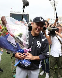 <D・中>試合前に花束を渡され笑顔を見せる谷繁