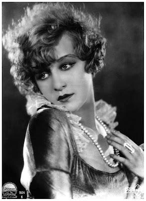 imagen vintage chica antigua con collar de perlas