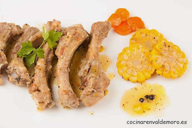 Costillas de cerdo con maíz en el plato