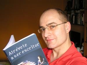 Carlos del Río con un ejemplar de Atrévete a ser escritor