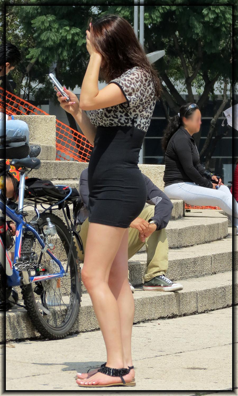 mujeres en la calle en vestidos ajustados - Mujeres bellas en la calle