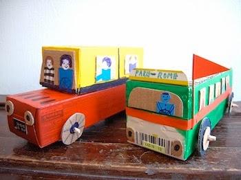 carrinhos feitos de material reciclado