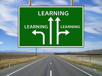 autopista con las señales que indican learning