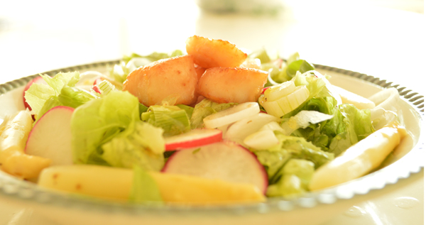 summery mixed salad with scallops