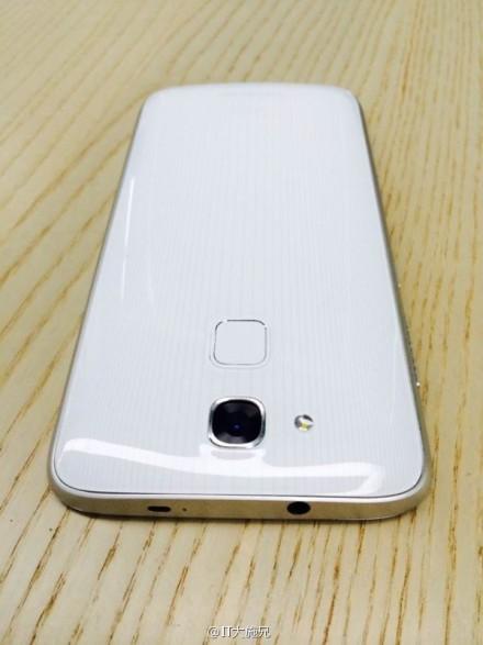 Nella scocca posteriore di Huawei Mulan c'è il sensore per le impronte digitali
