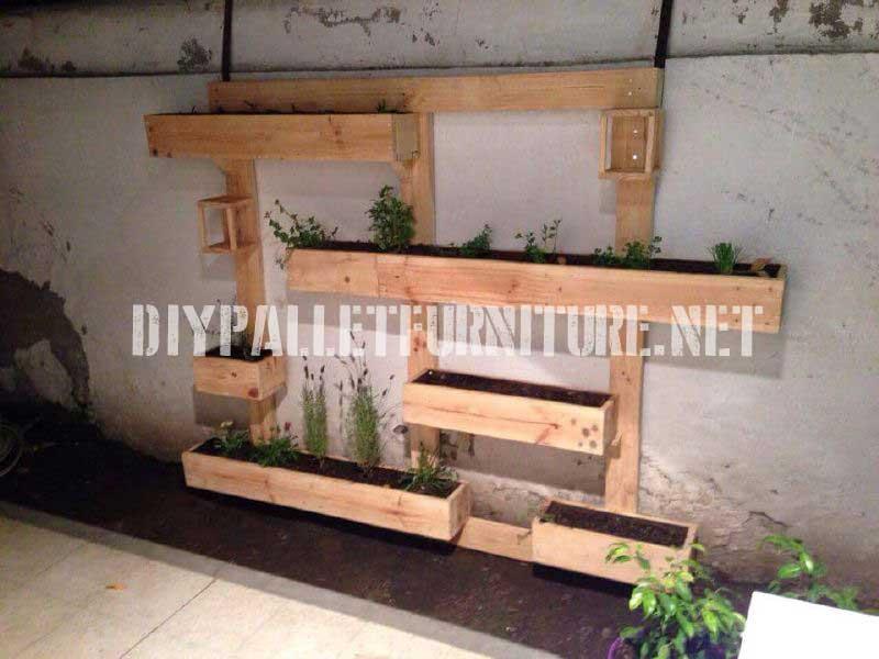 este mix de estantera y jardinera con un diseo muy original y que nos puede servir tanto para decorar un interior como para nuestro patio o jardn