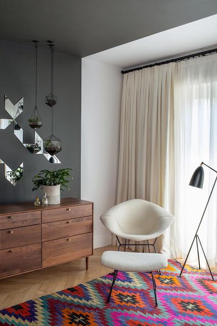 Schlafzimmer im elegantem Mid-Century Design mit Ikat-Teppich