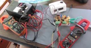 Ein Lichtmaschinenregler wird eingestellt
