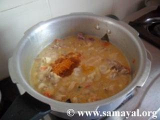 பின் குழம்பு மசாலா மற்றும் உப்பு சேர்த்து நன்றாக கலந்து விடவும்.