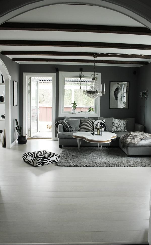 soffa, tygsoffa, tygsoffor, grått, grå, gråa, svartvitt, svartvit inredning, inredningsblogg, blogg, koltrast, ljusstake, vardagsrumsbord, bord, furniturebox, treklöver, soffbord, neon, neonljus, lampa, kristalllampa, tavla, tavlor, art, fårskinn, isländskt långhårigt skinn, island skinn, house doctor, ljusstakar, zebra kudde, zebrapuff, puffar, webbutik, webshop, webbutiker, nettbutikk, nettbutikker,