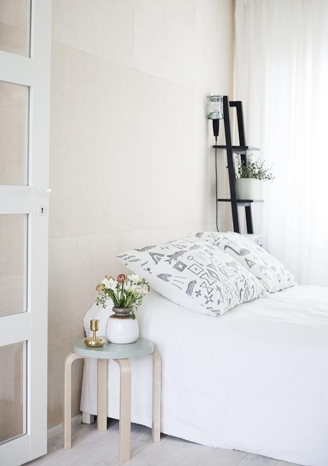 Los lados de una cama tr nsito inicial - Mesita auxiliar ikea ...