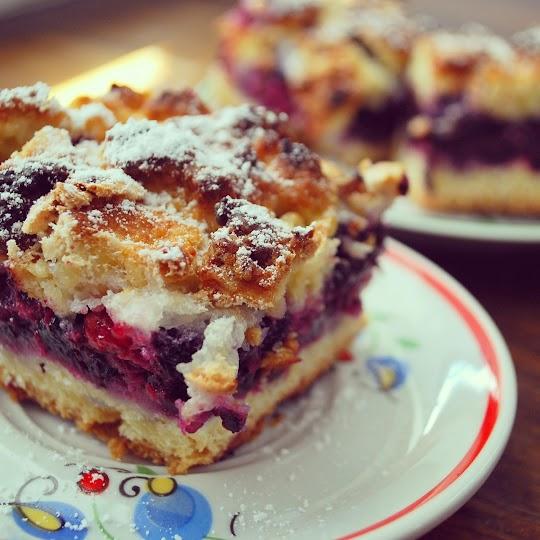 Ciasto z jagodami i czerwoną porzeczką pod bezową czapą