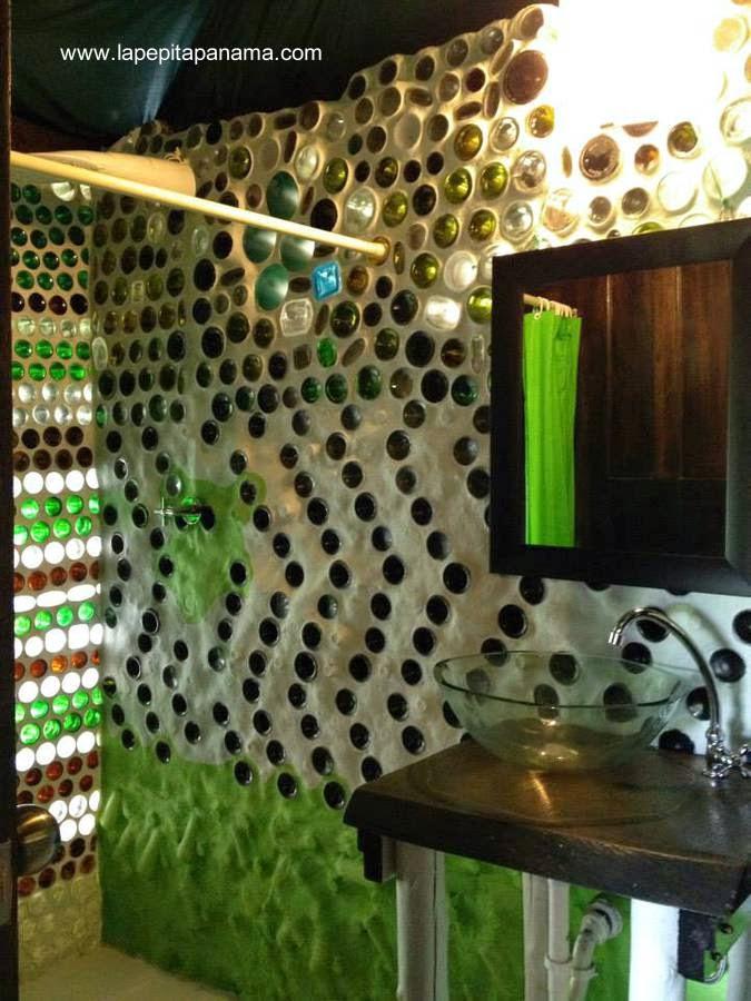 Baño de cabaña ecológica construida con botellas de vidrio y plástico en Las Lajas, Panamá