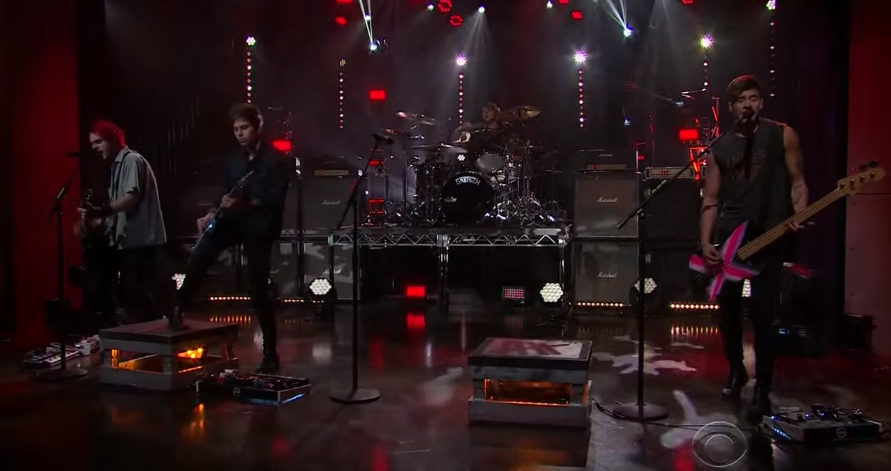 "5 Seconds of Summer canta ""Hey Everybody!"" en The Late Late Show with James Corden"