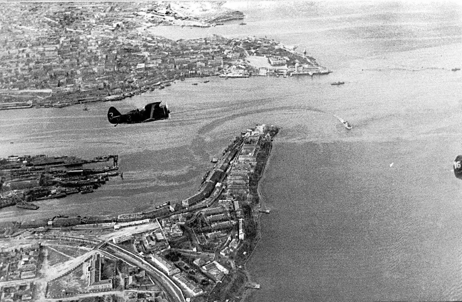 Советский истребитель над Севастополем