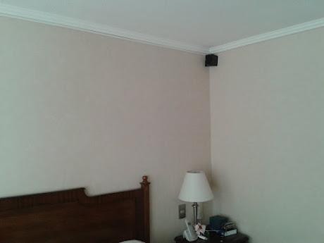 Instalación de parlantes satelitales canalizados