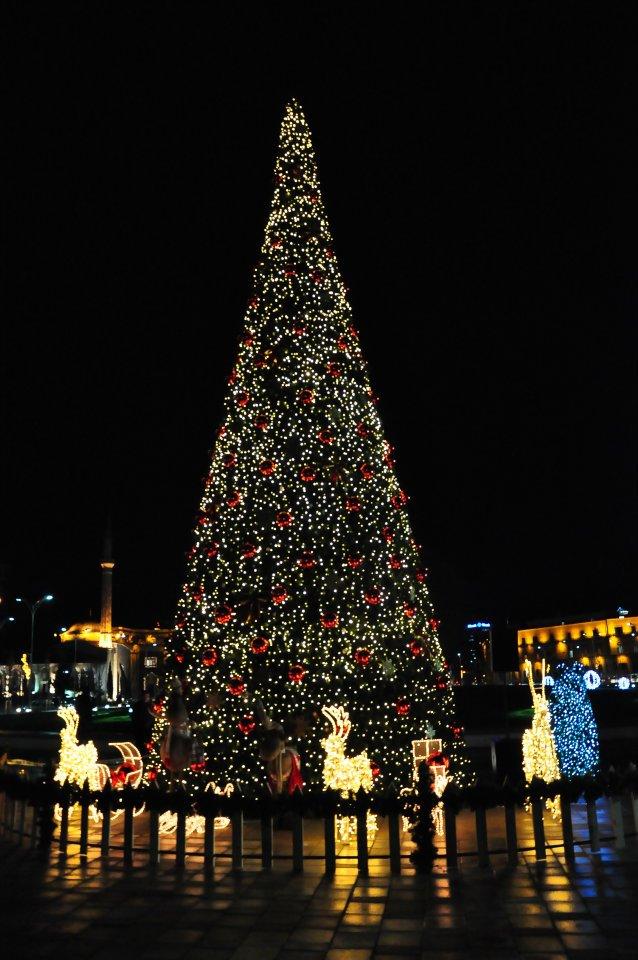 Auguri Di Natale In Albanese.A Tirana Acceso L Albero Di Natale 2011 Le Foto Turismo In Albania