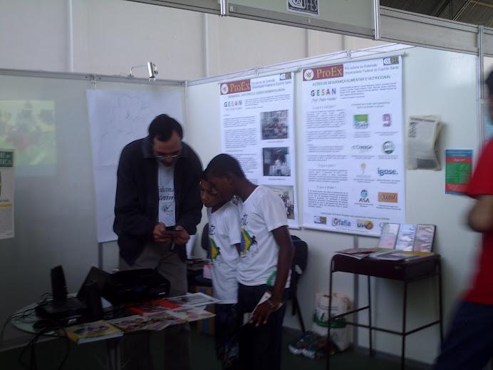 III Em Dia com a Saúde - Prof. Marcus orienta crianças do PETI)