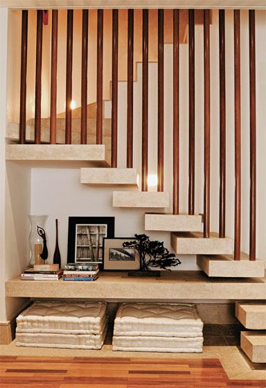 escada jardim embaixo:Caso não deseje nem armários, nem bar e nem jardim, aproveite o