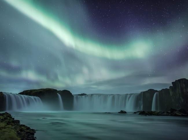 Чтобы получить этот снимок мне понадобилось более трех лет. Здесь важно было поймать тот самый момент, когда северное сияние будет достаточно сильно, чтобы освещать весь водопад. © Хордур Финнбогасон