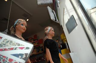 bijoux décalés de Marie-José Morato et un mobile géant pour mettre en avant les pochettes colorées de LocaLoca.