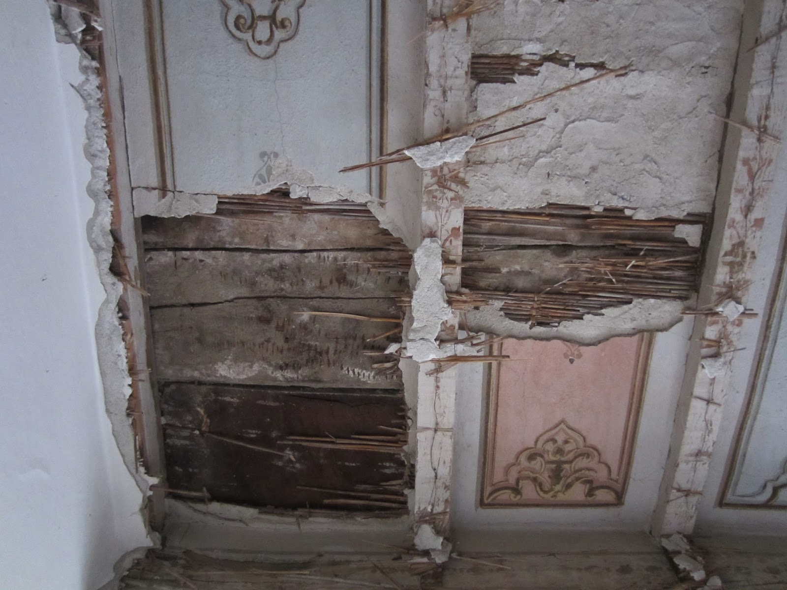 Restauro di soffitto a decorazione d arte povera barbara