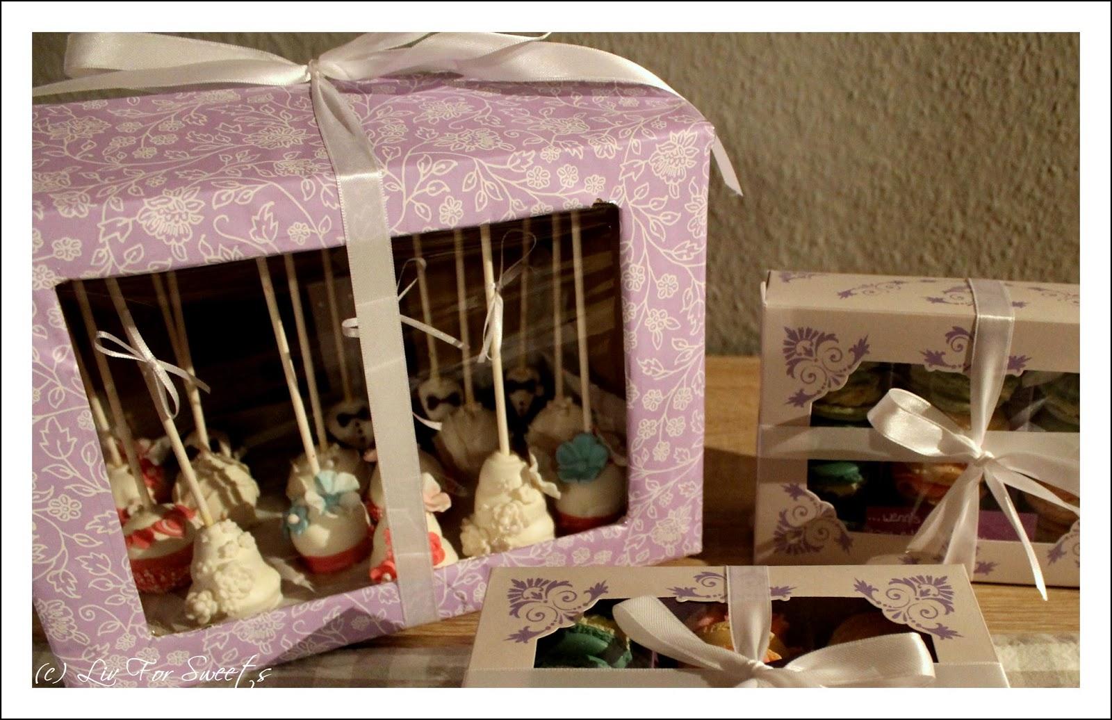Cake-Pops als Bräutigam und Braut sowie mit einer Deko aus Fondantblumen und Zuckerperlen