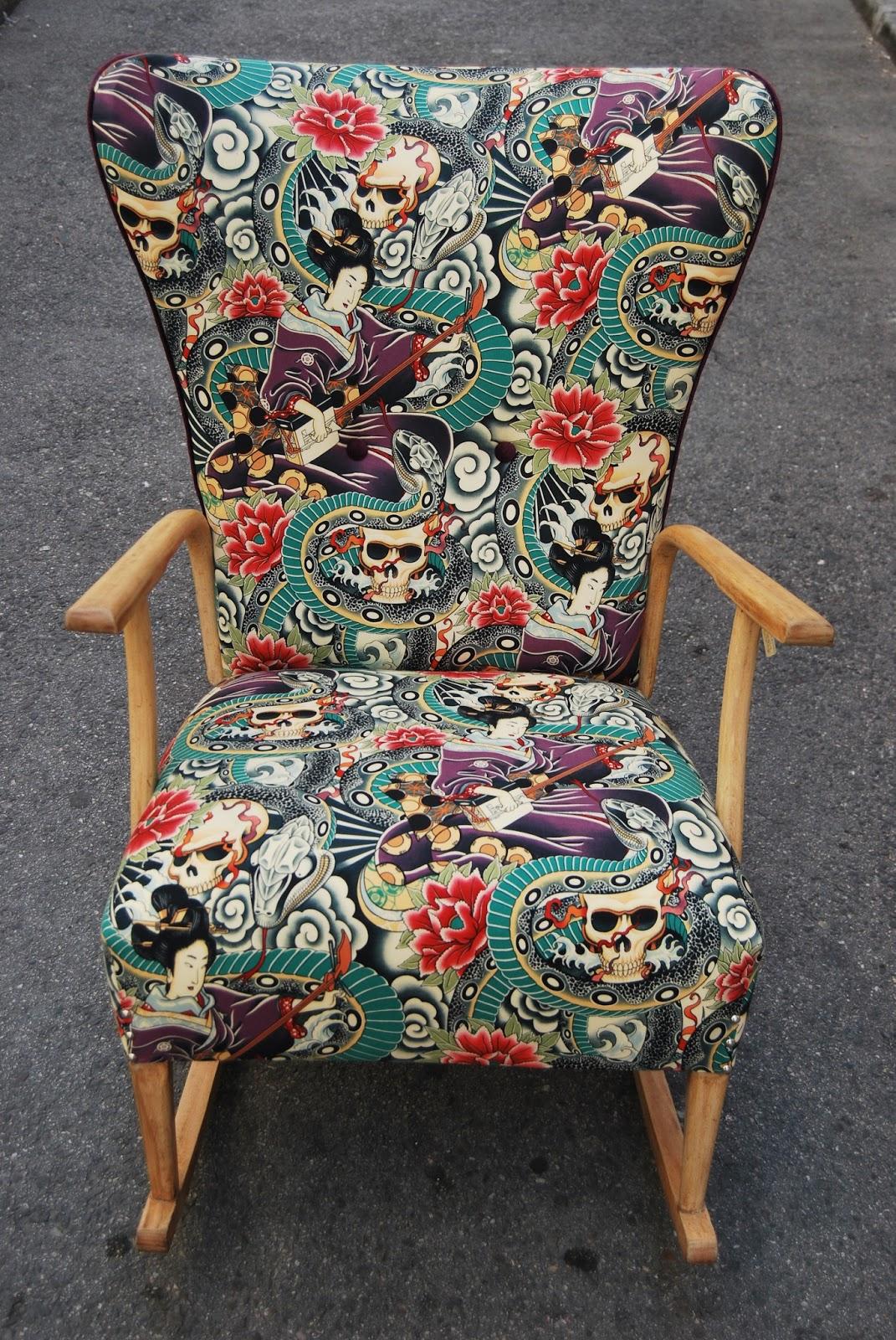 La tapicera mecedora tapizada con charol calaveras serpientes y geishas - Sofa mecedora ...