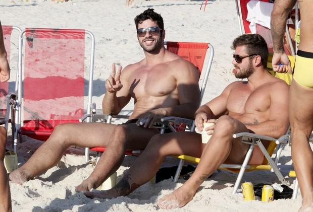 Kadu Parga ao lado de um amigo na praia da Barra da Tijuca.