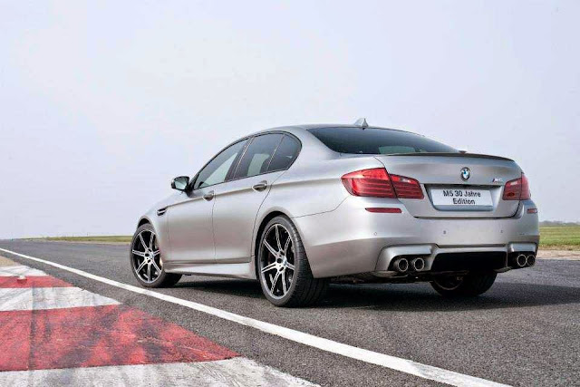 Foto BMW 30 Jahre M5 bagian belakang