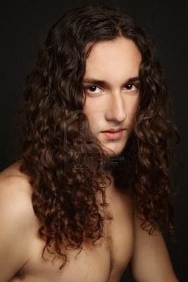 Hombres con pelo largo y rizado