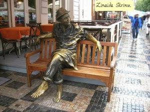 praga-barbat-stand-pe-banca-statuie-de-bronz